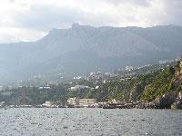 вид на горы и посёлок с моря